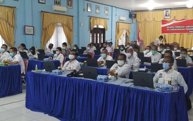 Pejabat saat mengikuti proses assessement di aula kantor Bappeda Sukamara.