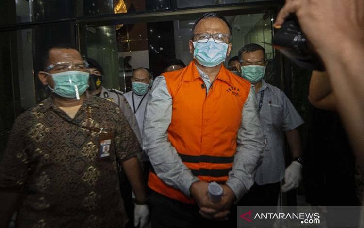 Menteri Kelautan dan Perikanan, Edhy Prabowo (tengah), berjalan menuju mobil tahanan usai diperiksa terkait kasus dugaan korupsi ekspor benih lobster di Gedung KPK, Jakarta, Kamis dini hari (26/11/2020). ANTARA FOTO/Aditya P Putra