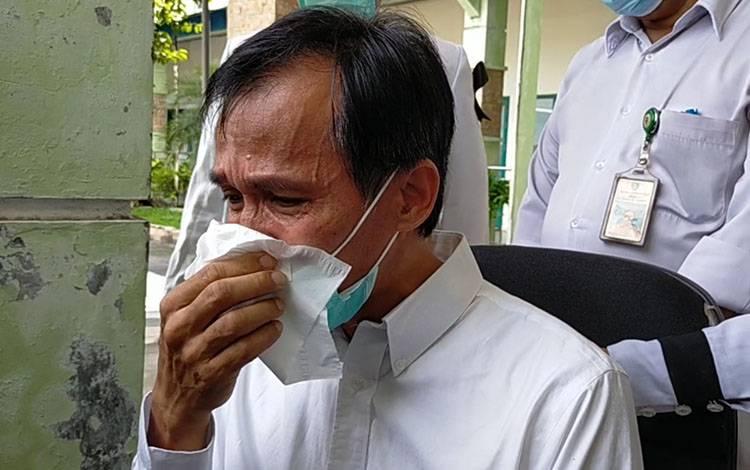 Wakil Direktur RSUD dr Murjani Sampit Benyamin, menangis saat diwawancarai wartawan terkait meninggalnya dr Yudha Herlambang.