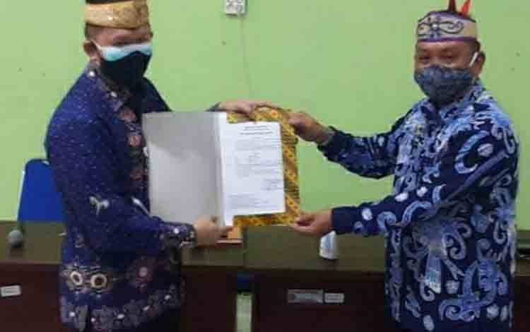 Plt Sekda Kapuas, Septedy saat menyerahkan Surat keputusan kepada Plt Kepala Dinas Pertanian, Aswan pada Kamis 26 November 2020