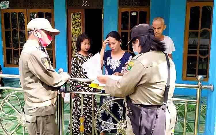 Bidang Penegakan Perda Satpol PP Barito Timur saat melakukan pendataan dan upaya preventif non yustisial bagi pemilik Rumah Walet yang belum memiliki IMB.