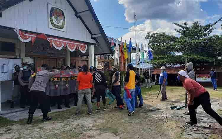Simulasi. Sejumlah orang tidak dikenal menyerang kantor KPU yang dijaga ketat personel Polres Kobar.