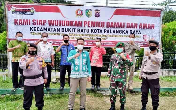 Kapolsek Bukit Batu Iptu Muludin bersama Forkopimcam, TNI dan tokoh masyarakat siap mewujudkan Pilkada damai.