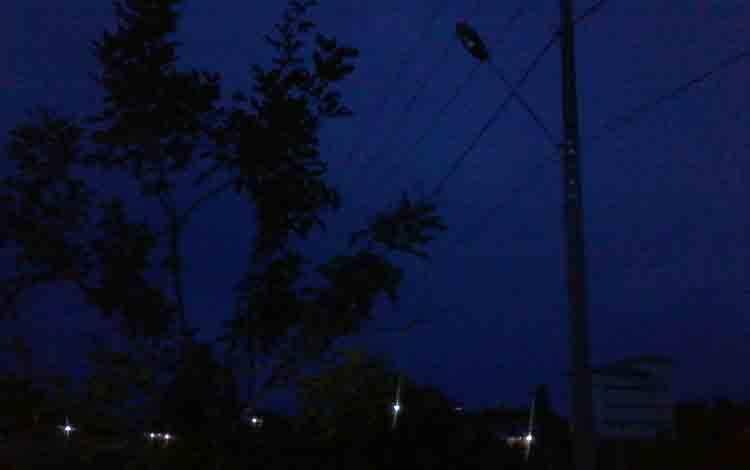 Lampu PJU di Jalan Soekarno-Hatta wilayah Kereng Batu Kasongan sejak dua malam ini padam, sehingga wilayah ini menjadi gelap gulita.