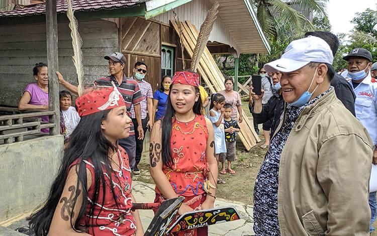 Halikinnor saat berbincang dengan anak-anak di wilayah pedalaman Kotim.