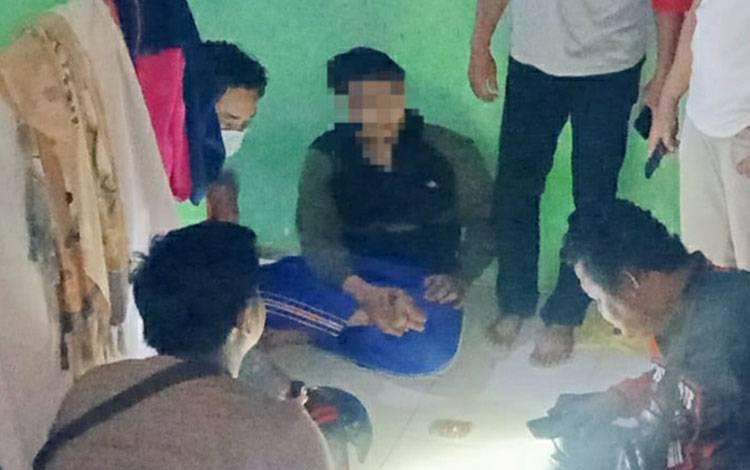 Terduga pelaku penipuan saat diamankan polisi di wilayah Kotim.