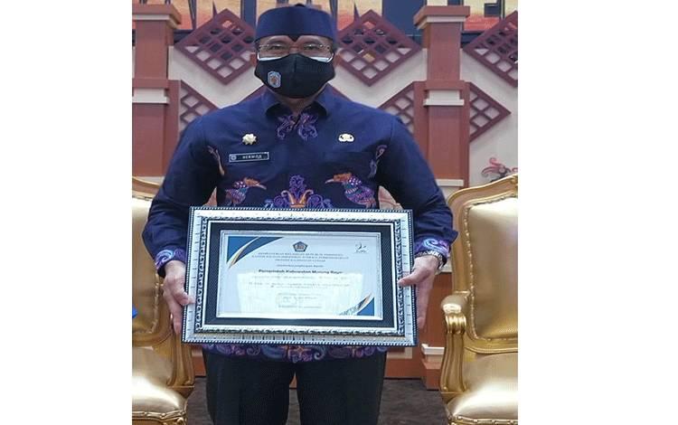 Sekda Murung Raya Hermon membawa penyerahan sertifikat opini WTP yang diraih kabupaten ini untuk ke lima kalinya.