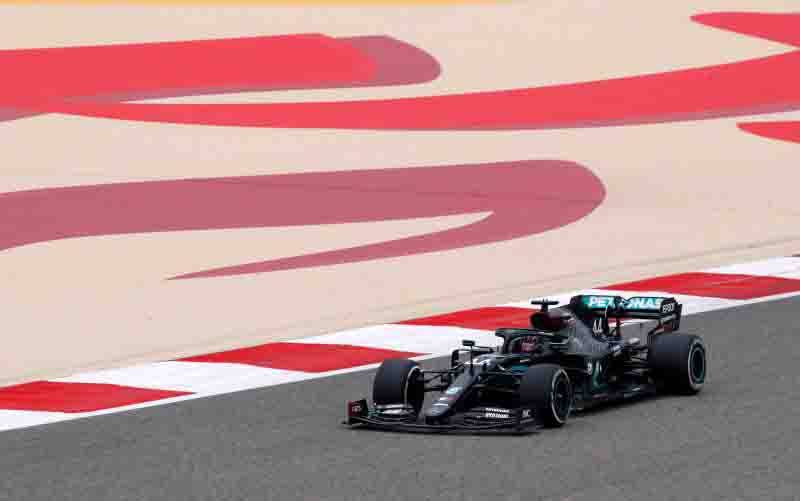 Pebalap tim Mercedes Lewis Hamilton menjalani sesi latihan bebas Grand Prix Bahrain, Sirkuit Sakhir. (27/11/2020) (foto : Reuters/Hamad I Mohammed via ANTARA)