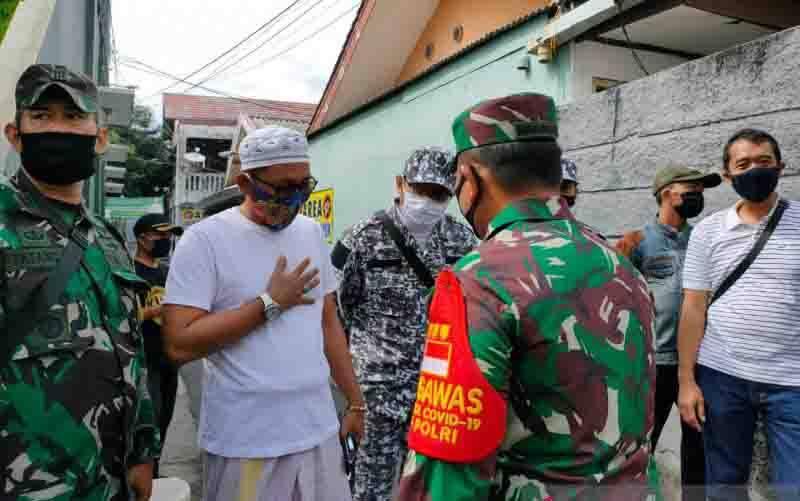 Penyemprotan disinfektan di kediaman Habib Rizieq Shihab (HRS) sempat mendapat penolakan massa FPI di Petamburan, Tanah Abang, Jakarta Pusat, Jumat (27/11/2020). (foto : ANTARA/Devi Nindy)