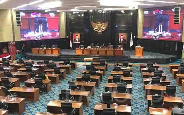 Suasana rapat paripurna DPRD DKI bersama Gubernur DKI Jakarta tentang pengesahan sejumlah rancangan peraturan daerah, Senin 7 September 2020. (foto : Tempo/Taufiq Siddiq)