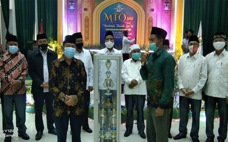 Penyerahan trophy juara umum MTQ ke VIII Kabupaten Mura oleh Wakil Bupati Rejikinnor kepada Camat Laung Tuhup sebagai juara umum.