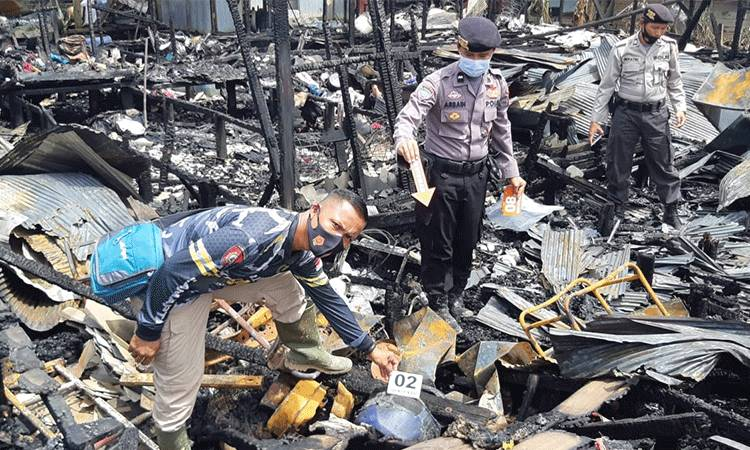 Aparat Polsek Kapuas Barat melakukan olah tempat kejadian perkara di lokasi kebakaran, Desa Saka Tamiang, Minggu, 29 November 2020.