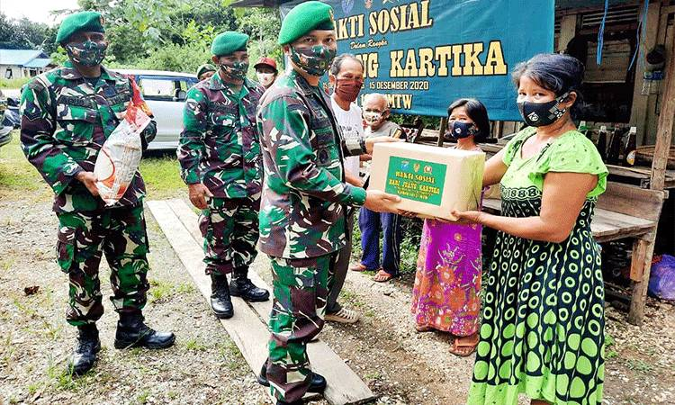 Dandim 1013/Mtw, Letkol Kav Rinaldi Irawan menyerahkan bantuan sembako kepada warga di Kelurahan jambu Kecamatan Teweh Baru.