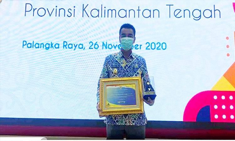 Wakil Bupati Barito Utara Sugianto Panala Putra saat menerima Plakat dan penghargaan dari BPK RI atas laporan keuangan pemerintah daerah Kabupaten Barito Utara tahun 2019.