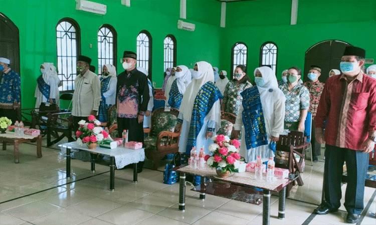 Sekda Gunung Mas Yansiterson (batik hitam) menghadiri pengukuhan BKMT Kabupaten Gunung Mas.