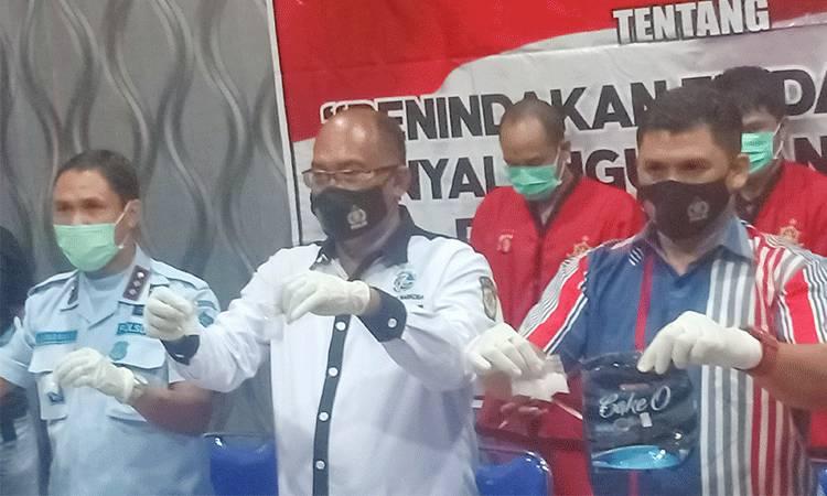 Dirresnarkoba Polda Kalteng, Kombes Pol Bonny Djianto (tengah), Kombes Pol Hendra Rochmawan (kanan) dan Kalapas Kasongan, Ahmad (kiri) menunjukan barang bukti dalam konferensi pers, Minggu malam, 29 November 2020.
