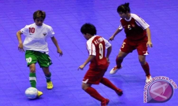 Dokumentasi--Futsal Putri Pemain timnas futsal putri Indonesia Rani Mulya Sari (kiri) dibayangi dua pemain Vietnam Thi Duyen Nguyen (kanan) dan Thi Thuy Trinh Vo (tengah) pada pertandingan futsal Indonesia vs Vietnam Sea Games XXVI di GOR Popki, Jakarta, Jum'at (18/11). (FOTO ANTARA/Herka Yanis Pangaribowo) (FOTO ANTARA/Herka Yanis Pangaribowo/)