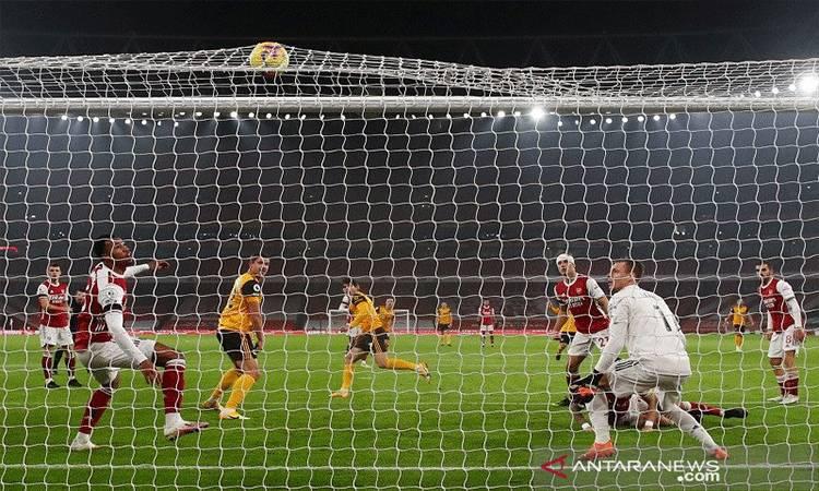 Bola bersarang ke langit-langit gawang Arsenal saat penyerang sayap Wolverhampton Pedro Neto (tengah) mencetak gol dalam lanjutan Liga Inggris di Stadion Emirates, London, Inggris, Minggu (29/11/2020) waktu setempat. ANTARA/REUTERS/POOL/Julian Finney.