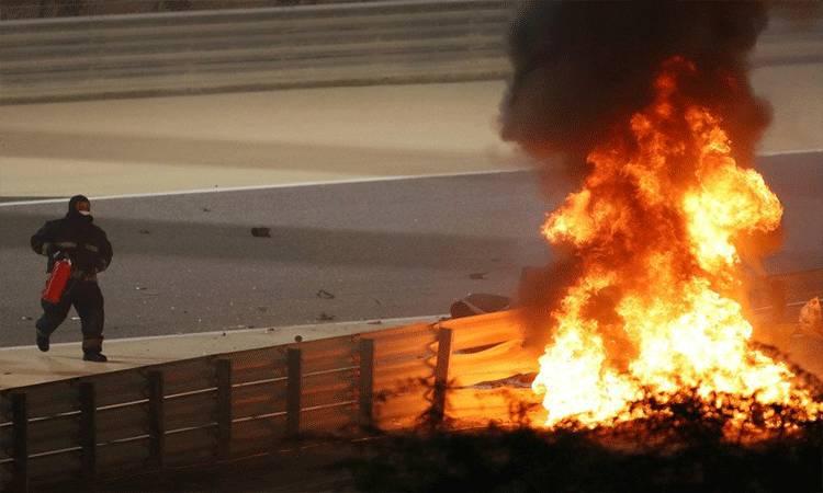 Petugas berupaya memadamkan mobil Haas Romain Grosjean yang terbakar setelah kecelakaan maut lap pertama Grand Prix Bahrain, Sirkuit Sakhir. (29/11/2020) ANTARA/Pool via Reuters/Bryn Lennon