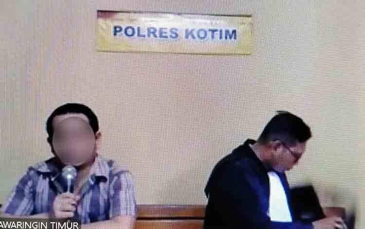Hendra Hasmita alias Ehen terdakwa kasus Narkotika saat bersama penasihat hukumnya.