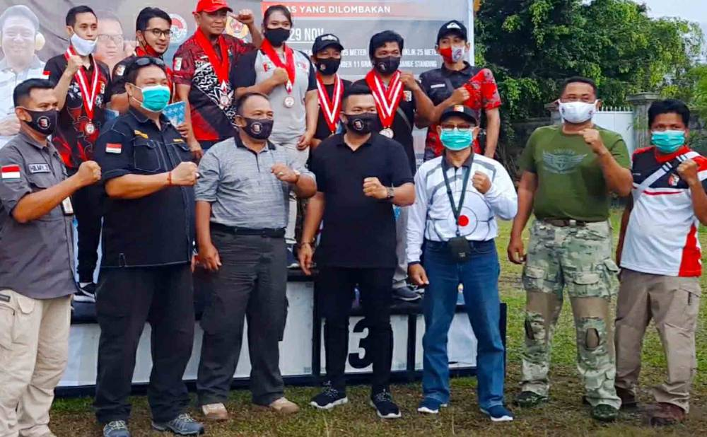 Pengurus dan Atlet dari  Kapuas Shooting Club saat menerima medali di kejuaraan menembak Isen Mulang di Kota Palangka Raya