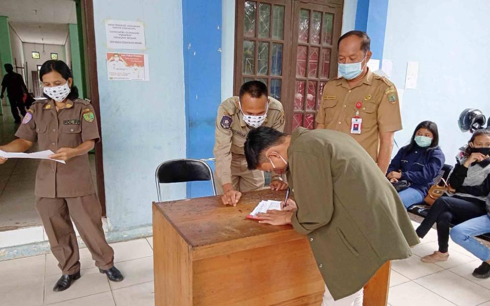 Kepala Dinas Dukcapil Barito Timur, Muslim Raharjo saat mengawasi pelayanan kepada masyarakat yang mengurus dokumen kependudukan