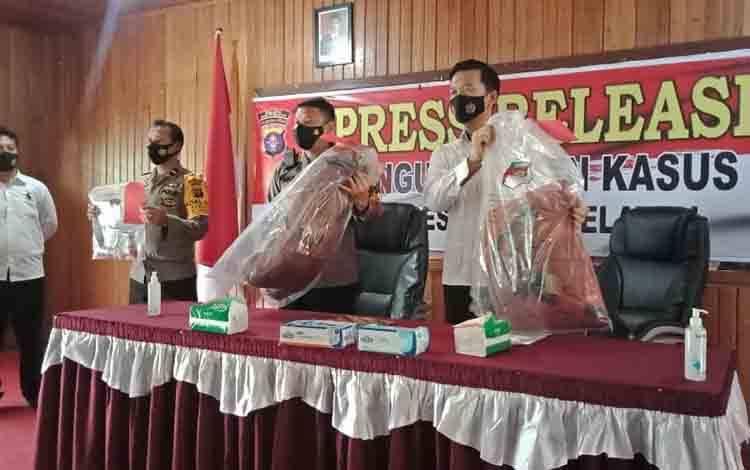 Kapolres Barito Selatan AKBP Agung Tri Widiantoro didampingi Kasat Reskrim AKP Yonals N. Putera memperlihatkan barang bukti saat press release