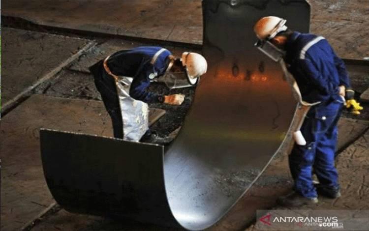 Pekerja memeriksa kualitas lempengan baja panas di pabrik pembuatan hot rolled coil (HRC) PT Krakatau Steel (Persero) Tbk di Cilegon, Banten. ANTARA Foto/ Asep Fathulrahman.