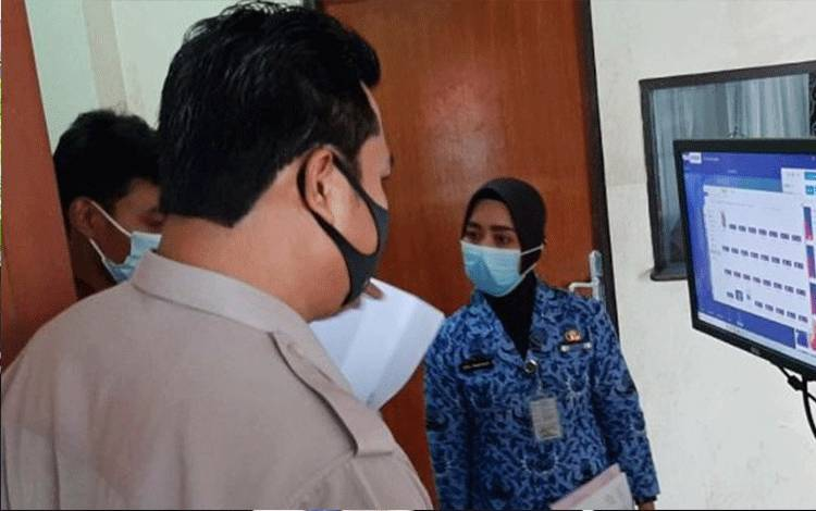Alat pendeteksi suhu tubuh saat dipasang di RS Bhayangkara Palangka Raya.