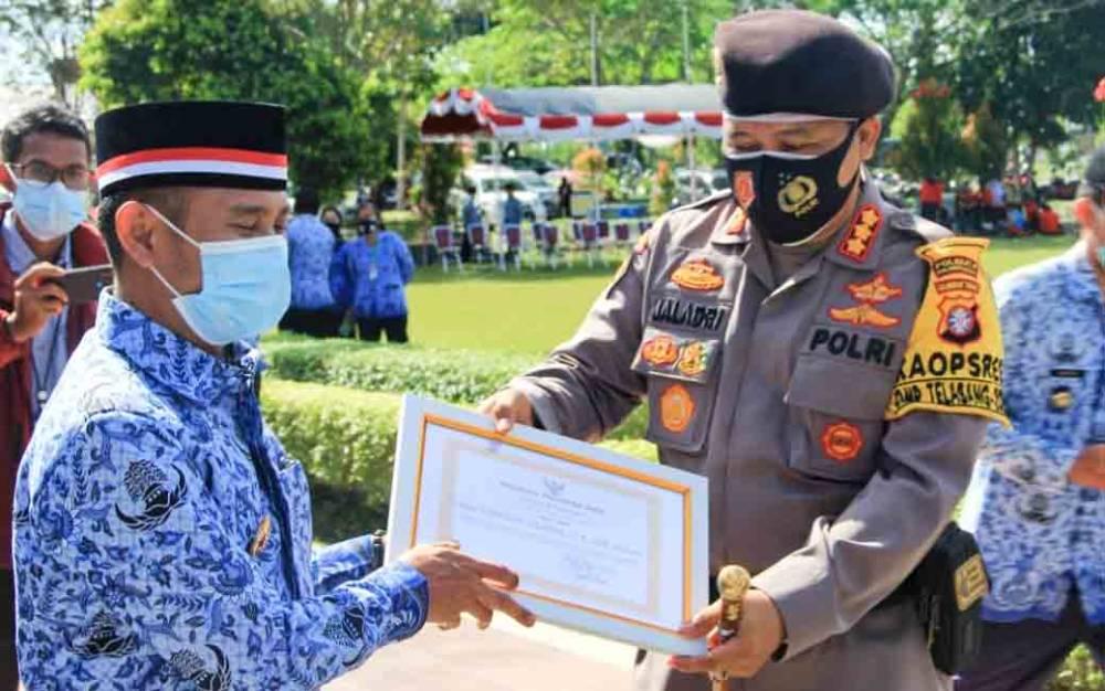 Kapolresta Palangka Raya Kombes Dwi Tunggal Jaladri menerima penghargaan yang diberikan oleh Wali Kota Fairid Naparin, Selasa 1 Desember 2020