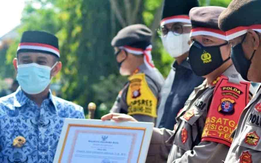 Wakil Direktur Samapta Polda Kalteng AKBP Timbul RK Siregar menerima penghargaan dari Wali Kota Palangka Raya, Fairid Naparin