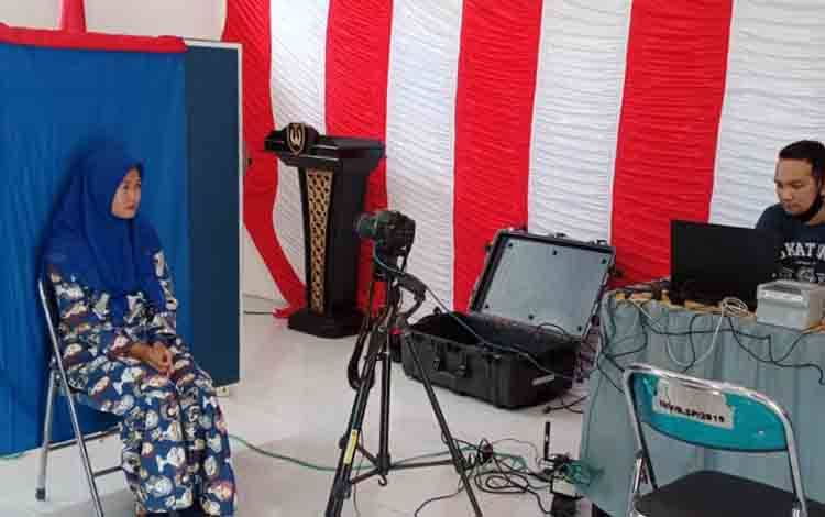 Dinas Dukcapil Sukamara saat melakukan prekaman jemput bola kebeberapa wilayah perdesaan