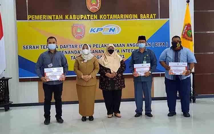 Bupati Kobar, Nurhidayah foto bersama instansi vertikal usai menyerahkan simbolis DIPA tahun anggaran 2021