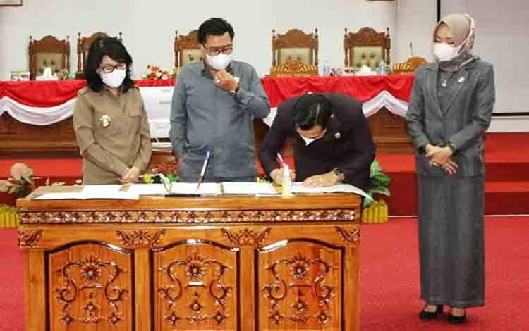 Pelaksanan Tugas Bupati Pulang Pisau, Pudjirustaty Narang (paling kiri) saat persetujuan RAPBD Pulang Pisau TA 2021 dengan unsur pimpinan DPRD.