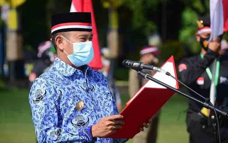 Wali Kota Palangka Raya Fairid Naparin menjadi inspektur upacara peringati HUT KORPRI ke-49, Selasa 1 Desember 2020