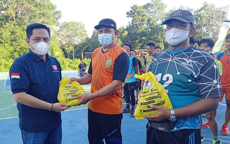 Ketua Harian KONI Kabupaten Barito Timur, Ariantho S Muler menyerahkan bantuan APD kepada Pengcab PBVSI