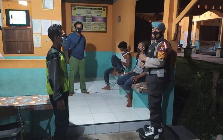 Patroli Polsek Seruyan Hilir menyambangi warga di Desa Sungai Undang untuk memberikan imbauan.