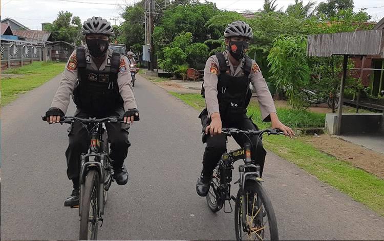Patroli bersepeda Satuan Sabhara Polres Seruyan saat menyisir kawasan pemukiman di Kuala Pembuang.