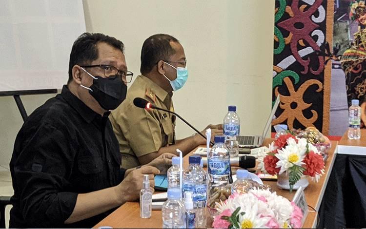 Ketua Pelaksana Harian Satgas Covid-19 Provinsi Kalimantan Tengah (Kalteng) Darliansyah (kemeja hitam) memberikan penjelasan dalam rapat evaluasi penanganan Covid-19 di Kotim.