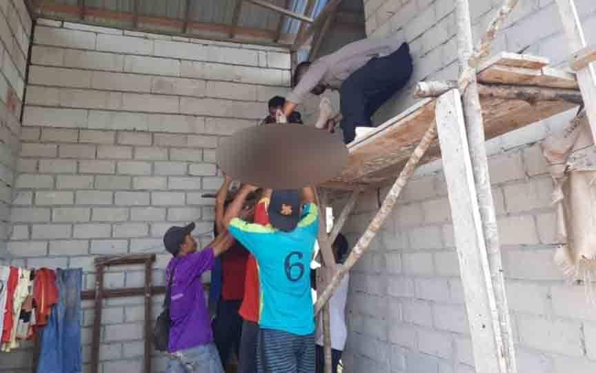 Warga mengevakuasi seorang pria yang meninggal karena bunuh diri di Parenggean
