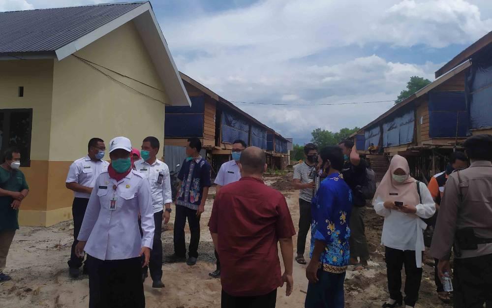 Sekda Kota Palangka Raya, Hera Nugrahayu meninjau kandang ayam broiler sekaligus launching peternakan, Rabu 2 Desember 2020
