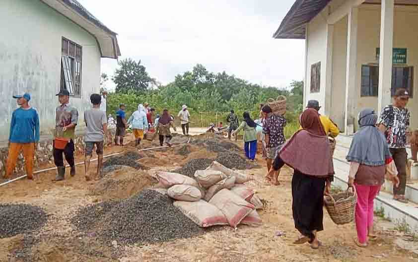 Kegiatan pengecoran jalan melalui program PKTD di Desa Turan Amis