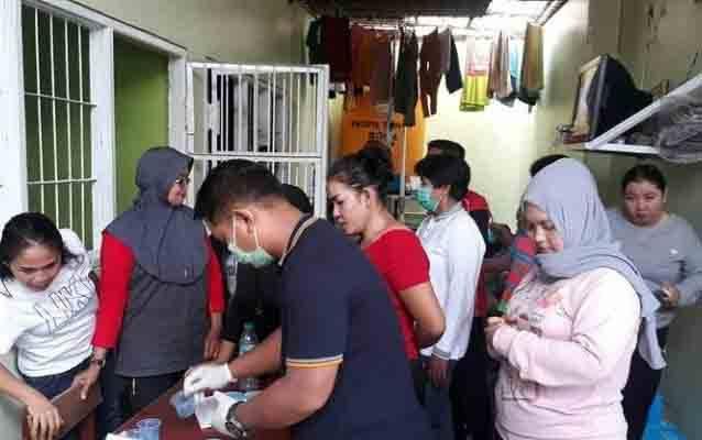 Petugas kesehatan saat melakukan tes kehamilan terhadap narapidana perempuan di Lapas Kelas IIB Sampit