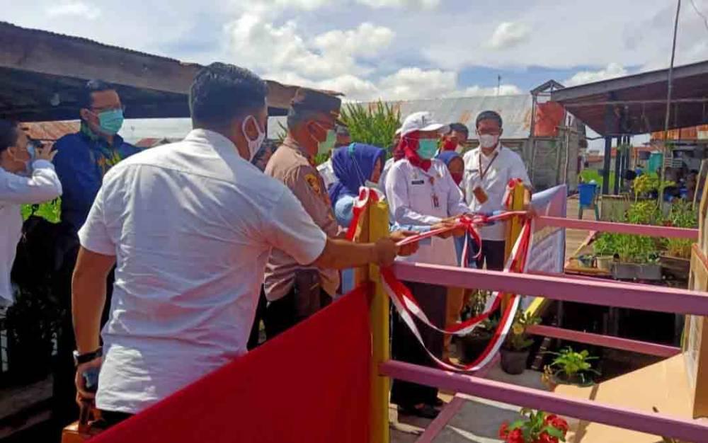 Sekda Kota Palangka Raya Hera Nugrahayu melakukan pemotongan pita tanda diresmikannya jembatan titian di Jalan Mendawai, Rabu 2 Desember 2020