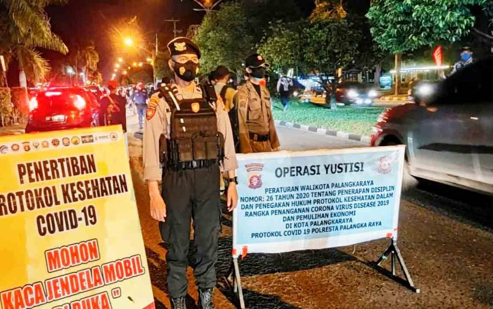 Operasi Yustisi Kota Palangka Raya saat menggelar pendisiplinan Protokol Kesehatan di Jalan Yos Sudarso, Senin malam, 1 Desember 2020