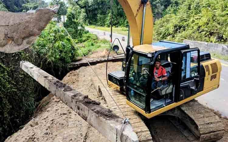 Perbaikan dan penanganan bahu jalan yang longsor di Jalan H Koyem