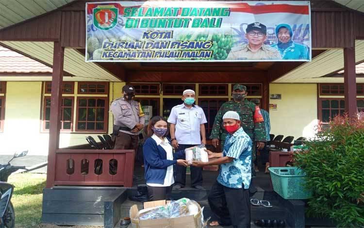 Kader Partai NasDem, Monika menyerahkan bantuan sembako kepada warga SP1 yang menjadi korban banjir di Kabupaten Katingan