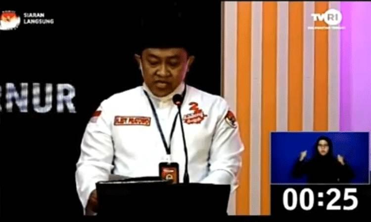 Calon Wakil Gubernur Kalteng Edy Pratowo saat mengikuti debat publik ketiga. Dia kembali tampil sendiri karena Sugianto Sabran (Calon Gubernur Kalteng yang merupakan pasangannya) masih positif.