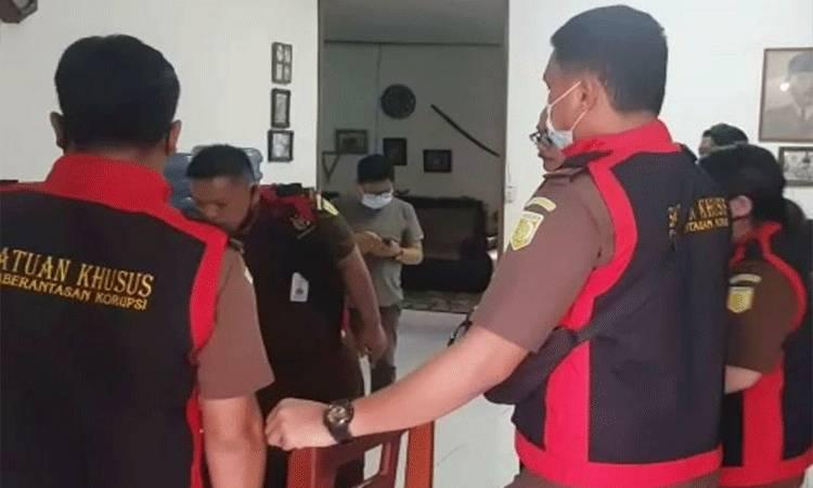 Tim penyidik Cabjari Palingkau saat melakukan penggeledahan dan menyita barang bukti di rumah tersangka berinisial FGGS pada Rabu, 2 Desember 2020.