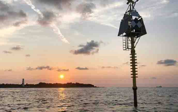 Pelampung (buoy) air dangkal dapat mendeteksi gerakan kecil dan perubahan dasar laut yang sering merupakan pertanda bahaya alam seperti gempa bumi, gunung berapi, dan tsunami. (Kredit: University of South Florida)